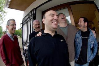 Foto collettiva della band in studio di registrazione.