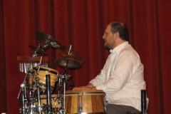 In questa foto Federico sta suonando le percussioni ed è inquadrato di profilo.