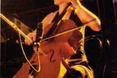 In questo scatto Martina è ripresa frontalmente mentre suona il violoncello.