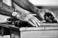 Inquadratura delle mani di Daniele mentre assemblano il sassofono.