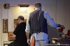 Foto dell'inizio del concerto; sono ripreso all'organo di tre quarti mentre suono un piccolo strumentino a fiato; Daniele è inquadrato di spalle.