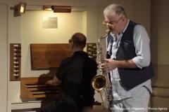 Siamo ripresi nel corso del concerto; Daniele è impegnato al sassofono ed è ripreso frontalmente; io sono inquadrato di spalle all'organo.