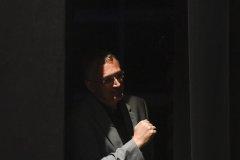 Mauro Ferrari è sorpreso dall'autore degli scatti mentre si affaccia sul palco scostando il sipario.
