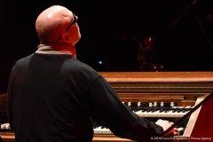 In questa foto sono seduto all'organo Hammond e sono ripreso di spalle.