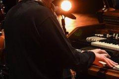 In questa foto sono inquadrato di profilo mentre sto suonando l'organo Hammond.