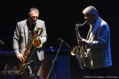 In questa immagine, Mauro Ferrari e Daniele sono ripresi frontalmente l'uno accanto all'altro mentre suonano i rispettivi sassofoni.