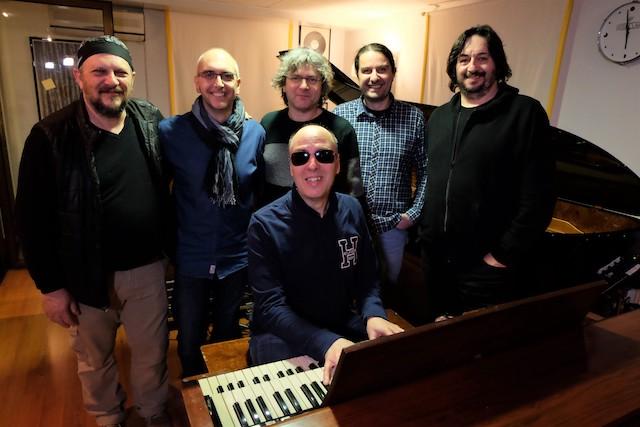 Foto collettiva realizzata in studio di registrazione.