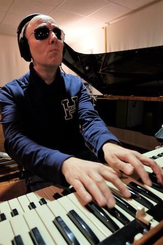 Foto che mi inquadra seduto alla consol di un organo Hammond originale