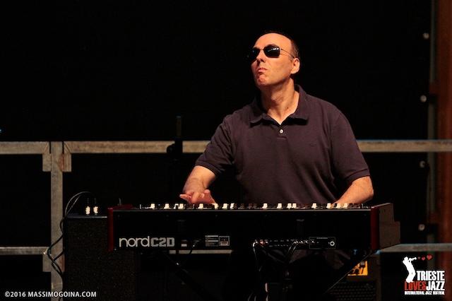 In questa foto sono ripreso frontalmente mentre suono l'organo Hammond in un concerto tenuto con l'amico e pianista Rudy Fantin nell'estate 2016 a Trieste.