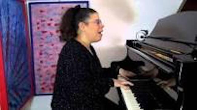 Profilo di Silvia mentre è al pianoforte.