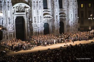 Foto Panoramica del coro e della band effettuata il 19 Settembre 2015 in occasione del concerto tenutosi nella piazza del Duomo di Milano