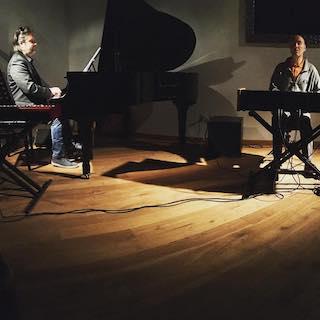 In questa foto scattata durante un concerto tenutosi nell'aprile 2018, Rudi sta suonando un pianoforte a coda ed io sono impegnato all'organo Hammond nella sua versione digitale.