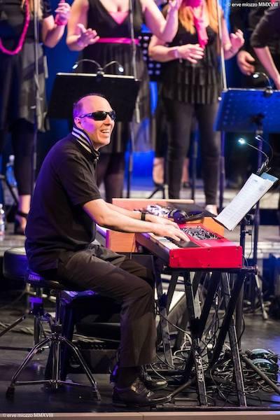Sono ripreso mentre accompagno The nuvoices al pianoforte  durante il concerto del 29 Aprile 2018