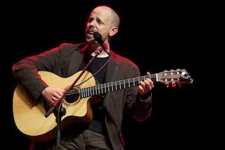 Foto di Piero Sidoti che imbraccia una chitarra