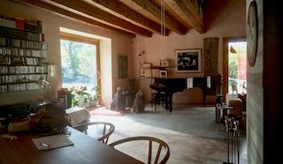 Panoramica del grande salone con vista che caratterizza l'abitazione di francesca e Toni