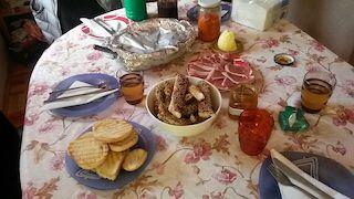 Foto di una tavola imbandita scattata a casa di Miodrag