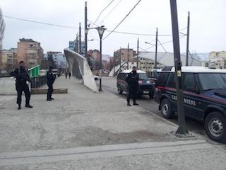 Foto del ponte di Mitrovica presidiato dai Carabinieri
