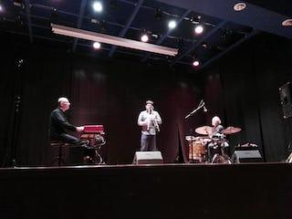 Foto amatoriale del trio scattata durante un concerto tenutosi a Staranzano il 6 dicembre 2018.