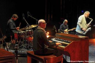 In questa foto scattata durante una performance tenutasi presso il teatro Giovanni da Udine il 17 novembre 2018, i componenti della band sono inquadrati mentre suonano raccolti intorno all'organo Hammond;.