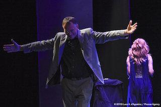 Mauro Ferrari fa il suo ingresso sul palco accolto dalla presentatrice Bettina Carniato.