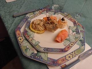 Vassoio degli antipasti: contiene del salmone ripieno di crema al formaggio, voulevant farciti con paté di orata ecc.