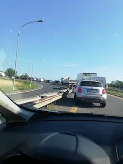 In questa foto scattata in autostrada si vede una macchina che effettuando una manovra non permessa rischia la collisione con il veicolo dei corsisti.