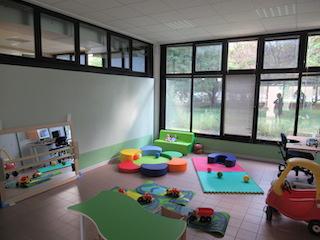 Immagine che offre una panoramica della sala bimbi subito dopo la realizzazione dell'allestimento.