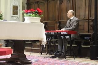 In questa foto sono ripreso all'interno di una chiesa in prossimità dell'altare mentre accompagno un gruppo corale al piano elettrico.