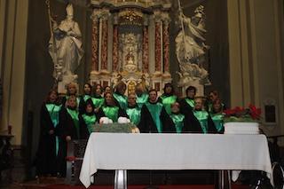 Inquadratura del coro posizionato sulla gradinata dell'altare